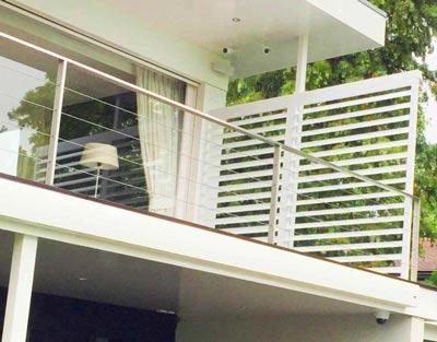 Witte buitenshutters op het balkon
