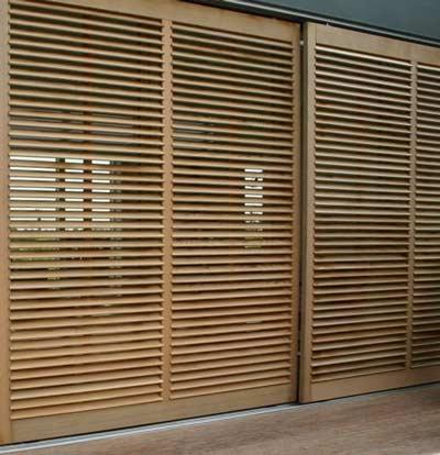 Lichtbruine houten buiten shutters
