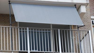 Lichtgrijze klem zonnescherm op het balkon