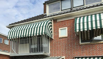 Groen-witte markiezen op het balkon