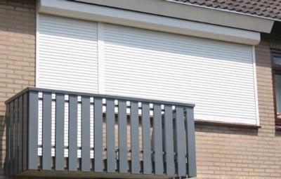 Witte rolluiken voor op het balkon