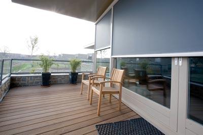 Lichtgrijze screens op het balkon