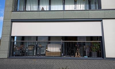 Lichtgrijze screens voor schaduw op balkon