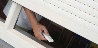 Elektrische voorzetrolluik met afstandsbediening bedienen